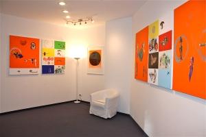 """Blick in die Ausstellung CROSSOVER, """"project.claus..."""", Aachen, mit Bildern von Jürgen Claus und Rupprecht Geiger (Mitte). Foto: Jürgen Claus"""